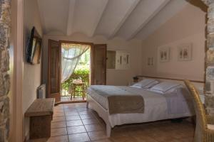 A bed or beds in a room at El Moli de Siurana