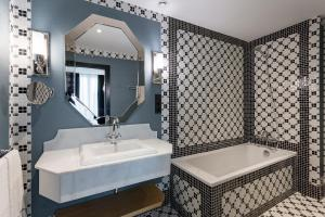 A bathroom at Room Mate Alba