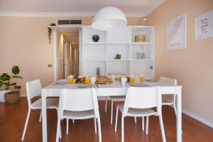 A restaurant or other place to eat at Bbarcelona Apartments Sagrada Familia Flats