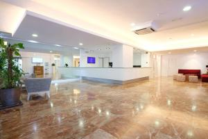 El vestíbulo o zona de recepción de azuLine Hotel Bergantin
