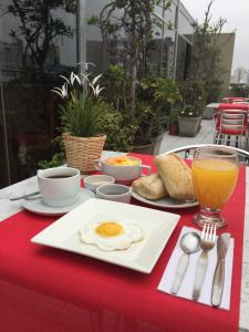 Breakfast options available to guests at Hotel Runcu Miraflores