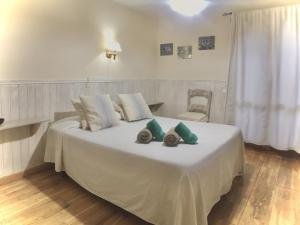 A bed or beds in a room at Albergue Boi Romanic Suites
