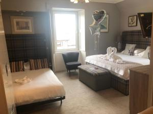 A bed or beds in a room at Redcliffe Hotel