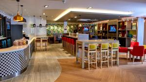 The lounge or bar area at Holiday Inn Northampton West M1 Junc 16, an IHG Hotel