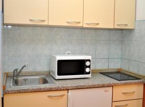 Kuchyňa alebo kuchynka v ubytovaní Apartments Ivi - big parking and courtyard