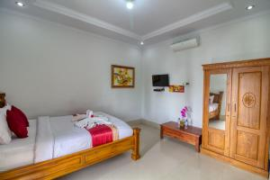 A bed or beds in a room at Manta Cottages with Sea View