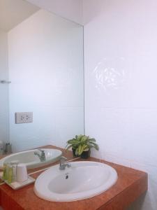 A bathroom at Baan Phuchalong Place