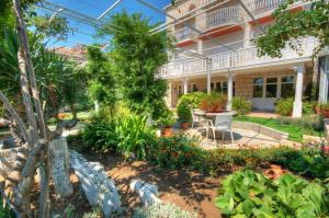 A garden outside Apartments & rooms Nikola1 - parking