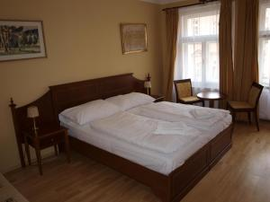 A bed or beds in a room at Hotel King George