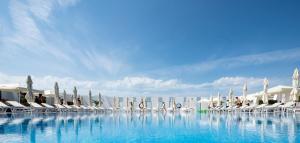 A piscina localizada em Sea Breeze White Villas ou nos arredores