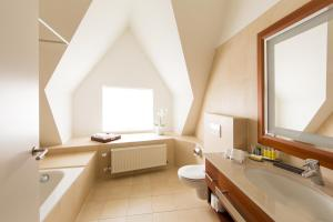 A bathroom at Ghent Marriott Hotel