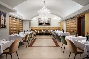 A restaurant or other place to eat at Kosher Hotel King David Prague