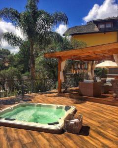 A piscina localizada em Pousada Carícia do Vento ou nos arredores