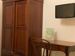 A television and/or entertainment centre at VILLA PASTORE Salerno