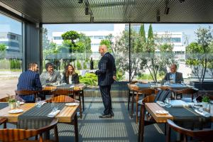 Een restaurant of ander eetgelegenheid bij BAH Barcelona Airport Hotel