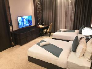 A television and/or entertainment centre at Vangohh Eminent Hotel & Spa
