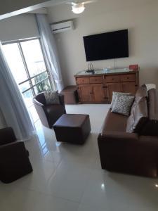 Uma área de estar em Apartamento Coral - 1 quadra do Mar