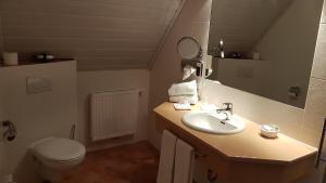 A bathroom at Landhotel Geiselwind