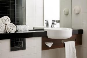 A bathroom at Holiday Inn Express Arnhem, an IHG Hotel