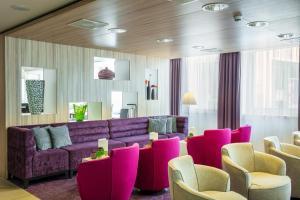 A seating area at Holiday Inn Express Arnhem, an IHG Hotel