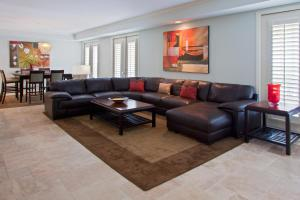 A seating area at Crowne Plaza Hotel Orlando Downtown, an IHG Hotel