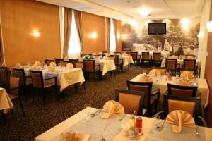 A restaurant or other place to eat at Hotel Crystal