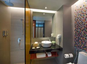 A bathroom at ibis Styles Bangkok Sukhumvit Phra Khanong
