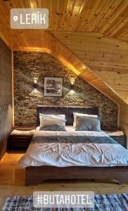 Cama ou camas em um quarto em Buta Hotel Lerik