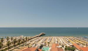 Blick auf Grand Hotel & Riviera aus der Vogelperspektive