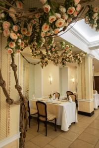A restaurant or other place to eat at Prince Vladimir