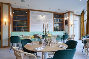 A restaurant or other place to eat at Best Western Plus Paris Saclay (ex: Val de Bièvre)