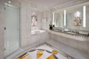 A bathroom at Palazzo Versace Dubai