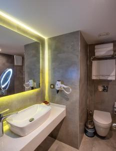 A bathroom at Nova Plaza Crystal Hotel