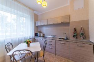 Кухня или мини-кухня в Kvartira ESTHET
