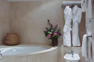 A bathroom at Moulin de l'Abbaye - Relais et Chateaux