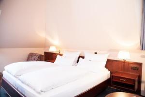 A bed or beds in a room at Hotel Lonac