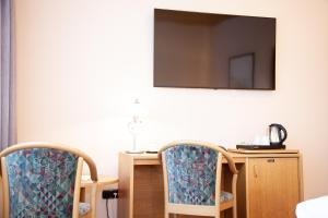 A television and/or entertainment centre at Hotel Lonac