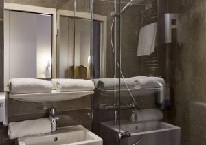 A bathroom at Hôtel de Roubaix