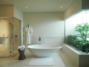 A bathroom at Miraflores Park, A Belmond Hotel, Lima