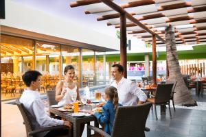 Een restaurant of ander eetgelegenheid bij Barceló Maya Beach - All Inclusive