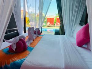A bed or beds in a room at Pinky Bungalow Resort - SHA Plus