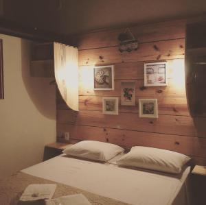 A bed or beds in a room at Pousada Bar Café Algas Marinhas