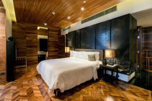 A bed or beds in a room at SO/ BANGKOK