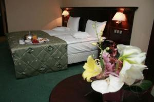 A bed or beds in a room at Hotel Rapsodia City Center