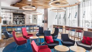 The lounge or bar area at Holiday Inn Express Munich City West, an IHG Hotel