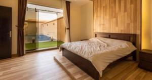 سرير أو أسرّة في غرفة في شاليهات دلال