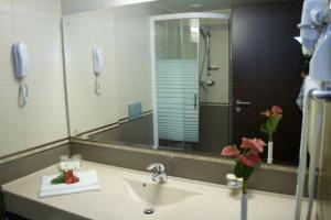 A bathroom at Hotel Rapsodia City Center