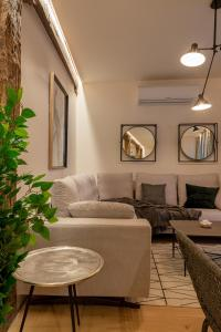 A seating area at NEW SOHO by STAYNN APARTMENTS