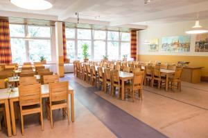 A restaurant or other place to eat at Jugendherberge Flensburg