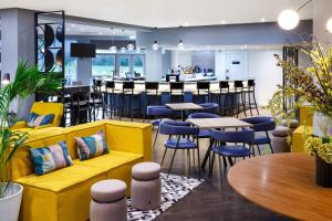 The lounge or bar area at Delta Hotels by Marriott Milton Keynes